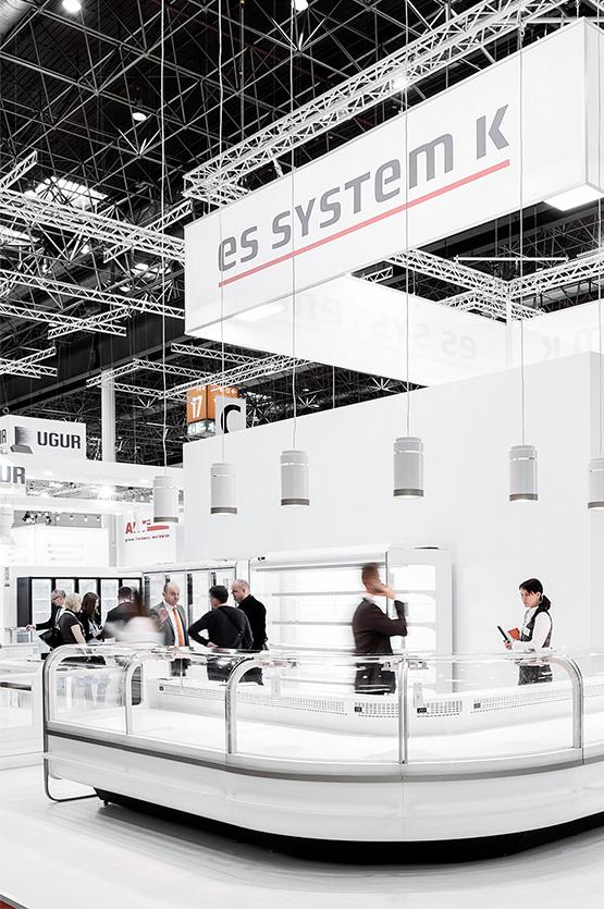 Stoiska targowe dla Es System K zaprojektowane przez Grid Studio Projektowe